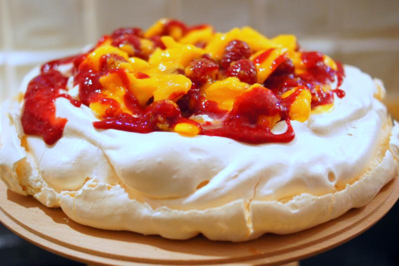 Einfaches Dessert Pavlova mit Mango und Himbeeren