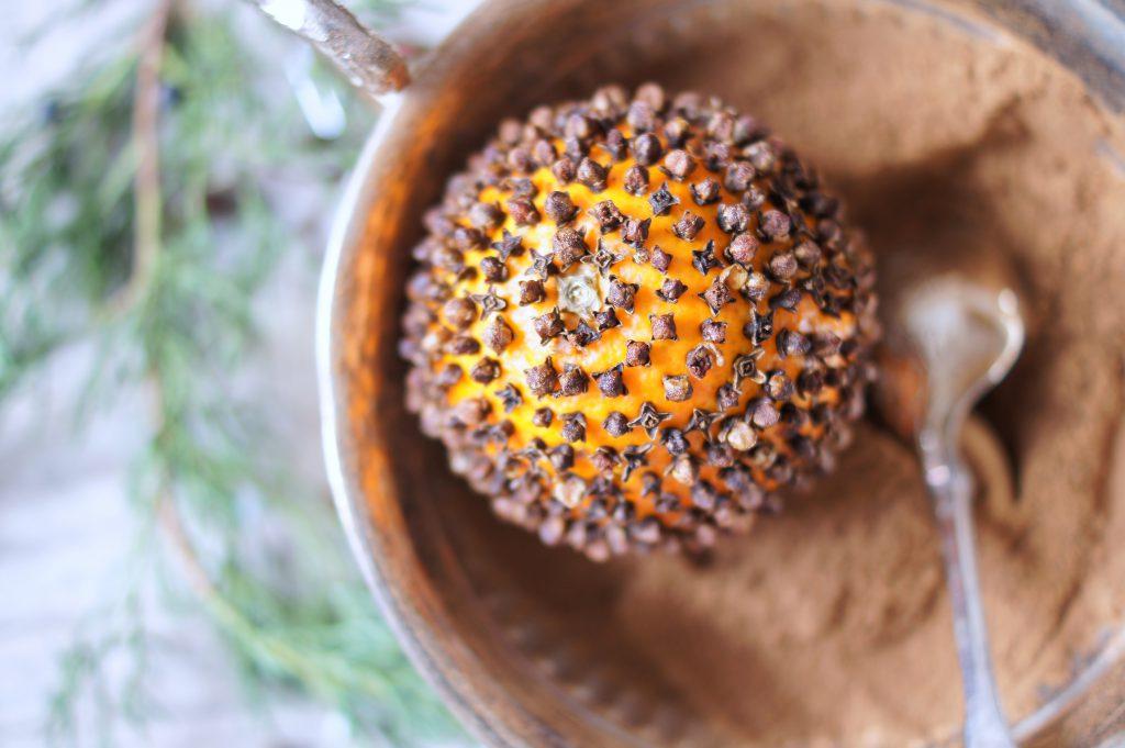Pomander aus Orangen mit duftenden Gewürzen selbstgemacht
