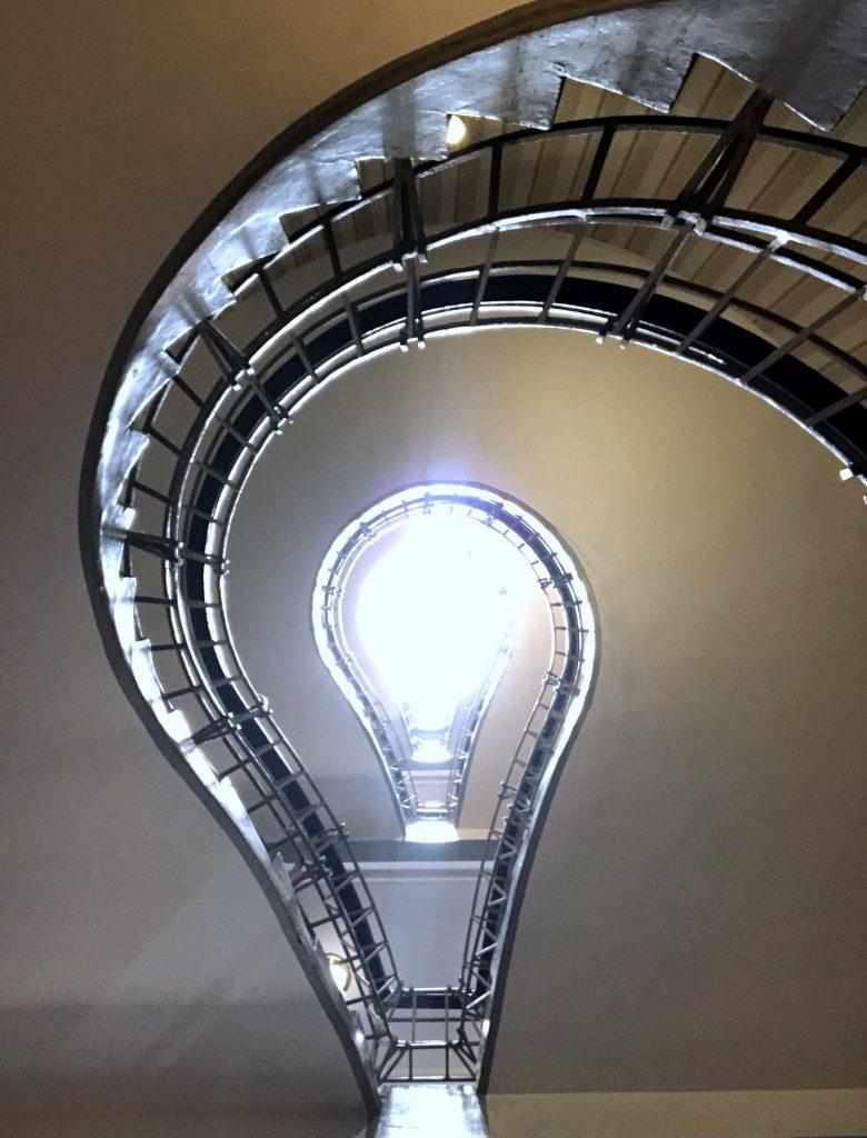 Kubistisches Haus Prag Treppenhaus Glühbirne