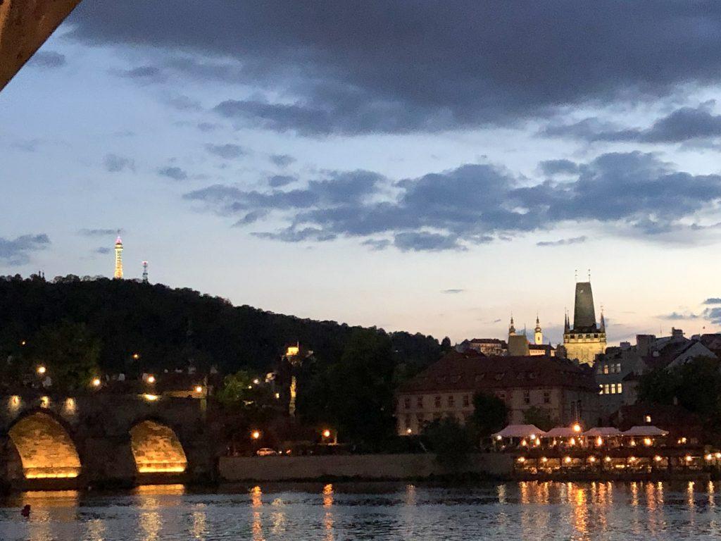 Prag Petrin und Burg Blick vom Wasser