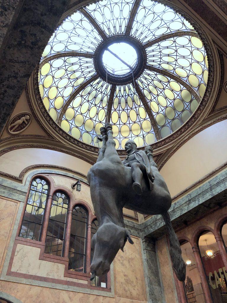 David Cerny Hängendes Pferd Lucerna Passage Prag