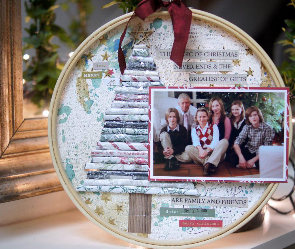 Weihnachtlich dekorierter Stickrahmen mit Foto und Mixed Media